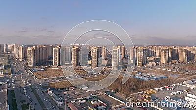 Luchtfoto van het moderne woongebied met wegen, infrastructuur stock footage