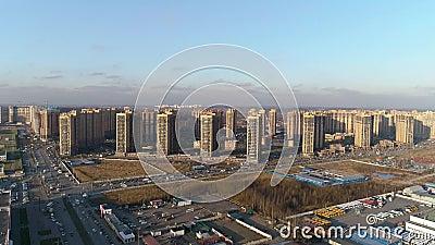 Luchtfoto van het moderne woongebied met wegen, infrastructuur stock videobeelden