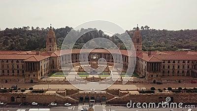 Luchtfoto van Nelson Mandela Garden en de gebouwen van de Unie, Pretoria, Zuid-Afrika stock footage