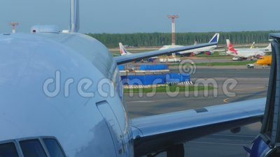 Luchthavenverkeer in Domodedovo-luchthaven stock video