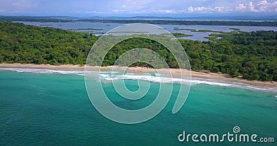 Luchthommelmening van een Tropisch Caraïbisch strand in Bocas del Toro, Panama stock video