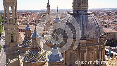 Luchtkanteling heeft het huis van de koepel en het dak van de beroemde mijlpaal Basilica Our Lady of the Pillar. Zaragoza, Spanje stock footage