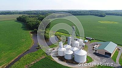 Luchtmening die over Graan en Sojaboongebieden en Landbouwbedrijven Smyrna Delaware vliegen