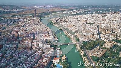 Luchtmening van cityscape van Sevilla en de rivier van Guadalquivir, Spanje stock videobeelden