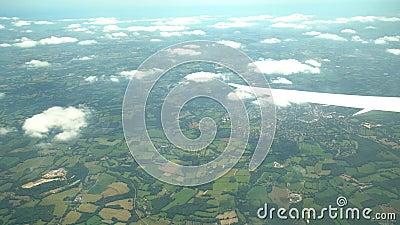 Luchtmening van Greenwood-Dorp, mening van vensterzetel in een vliegtuig stock video
