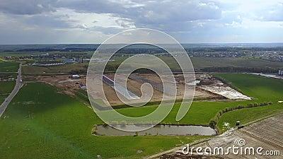 Luchtmening van het platteland De bouw van de bouw op het gebied Organisch landbouwbedrijf met mooi landschap stock footage
