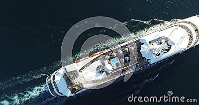 Luchtmening van schip die van de luxe het middelgrote cruise van haven op zonsopgang varen stock video