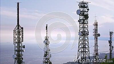Luchtmening van telecommunicatietorensantennes en cityscape op de achtergrond stock footage