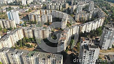Luchtmening van Woongebouwen met meerdere verdiepingen in de stad stock footage