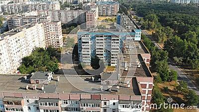 Luchtmening van Woongebouwen met meerdere verdiepingen in de stad stock video