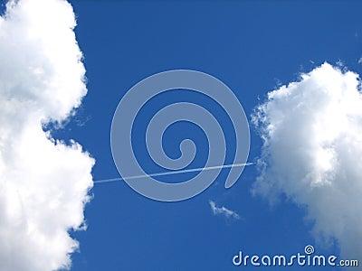 Luchtroute-als een brug tussen wolken