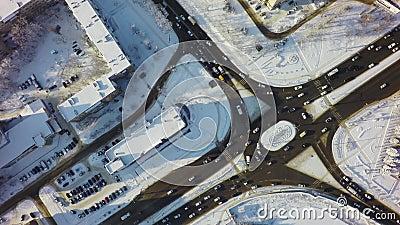 Luchttop down mening van kruising in de winter, cirkelkruispunt met verkeer en sneeuw stock video