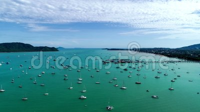 Luchtuitzicht Drone Footage 4.000 hyperlapse Yacht en zeilboot in de pier Chlangs bay Phuket thailand Timelapse transport bac stock video