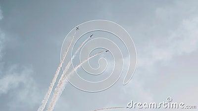 Luchtvaart uitgevoerd door een groep militaire strijders mooie en gevaarlijke stunts stock footage