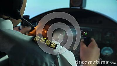 Luchtvaartlijn het proef proberen om ongeval, vliegtuig het schudden in onstuimigheid, gevaar te verhinderen stock videobeelden