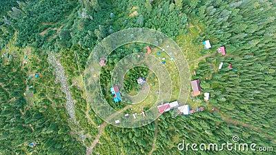 Luchtzicht van de gebouwen omringd door bos stock video