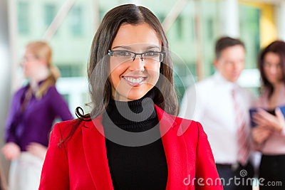 Ludzie biznesu lub drużyna w biurze