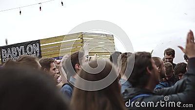 Ludzie chwytów protestują od sceny eventide Festiwal przy nadbrzeżem widownia zbiory