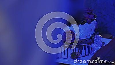 Ludzie jadą ogromnego tort z kwiatami i znakiem Świętowanie eventide cukierki wakacje zbiory wideo