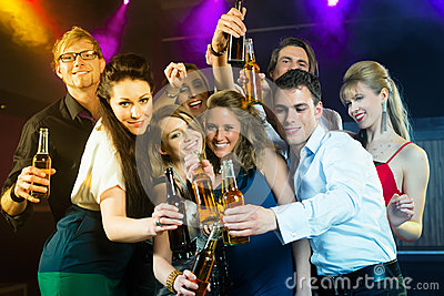 Ludzie pije piwo w klubie lub barze