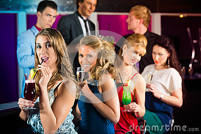 Ludzie w klubu lub baru pije koktajlach