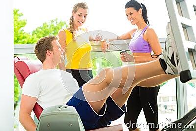 Ludzie w sporta gym na sprawności fizycznej maszynie