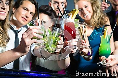 Ludzie w target361_0_ klubów lub baru koktajlach