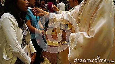 Ludzie wykładają up to otrzymywają sakrament communion zbiory