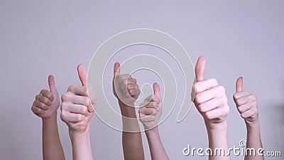 Ludzie zgod i poparcie podnoszący palec w górę pracy zespołowej pojęcia tłum ludzie wiele ręk aprobat ręki w górę styl życia zbiory