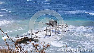 Luft Trabocchi Küste Vasto Punta Aderci Abruzzo Region große Wellen raues Meer - trabucco ist der alte Fischmacher berühmt stock video footage