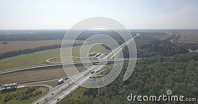 Luftaufnahme der Datenbahn Straßenkreuzungen auf dem grünen Gebiet Austauschlandstraßenstraße 4k 4096 x 2160 stock video