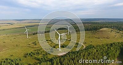 Luftaufnahme von Windrädern in Russland Moderne Energieerzeugung mit sauberer und erneuerbarer Energie Naturfreundliche Energie stock footage