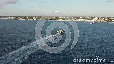 Luftaufnahmen über ein Boot, das kurz davor war, in einer Ferienstadt in Mexiko anzusiedeln stock video footage