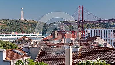 Luftbild der Innenstadt von Lissabon Skyline der alten historischen Stadt Timelapse und 25 de Abril Bridge in Portugal stock video footage