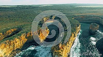 Luftbild der Küste der Great Ocean Road vom Hubschrauber aus Island Arch Lookout, Australien stock video footage