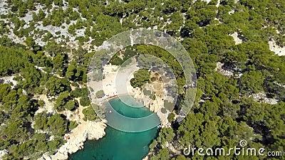 Luftclip über die malerischen Strände von Calanques de Port Pin, Frankreich, Mittelmeer stock video