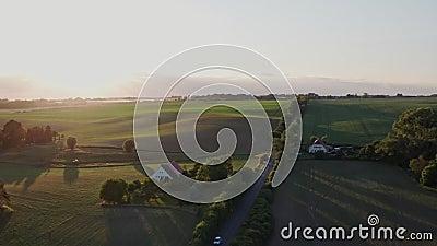 Luftflug über grüne Felder und Sonnenuntergang in Deutschland Mecklenburg Vorpommern stock footage
