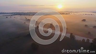 Luftgesamtlängenvideo des nebeligen Morgens Fliegen über den Desna-Fluss Sonnenaufgangzeit Kyiv-Region, Ukraine stock footage