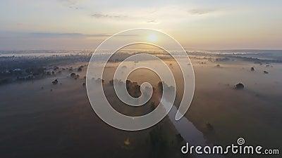 Luftgesamtlängenvideo des nebeligen Morgens Fliegen über den Desna-Fluss Sonnenaufgangzeit Kyiv-Region, Ukraine stock video