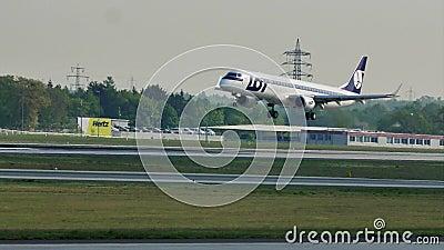 Lufthansa acepilla haciendo el aterrizaje del taxi y de aeroplano de la PORCIÓN en el aeropuerto de Francfort, FRA
