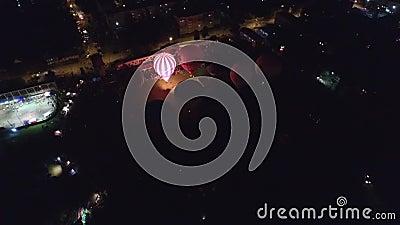 LuftHeißluft-Ballonglühen des abends und Tanz beim Kungur, Russland stock footage