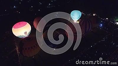 LuftHeißluft-Ballonglühen des abends und Tanz beim Kungur, Russland Redaktioneller Gebrauch nur 02 stock video