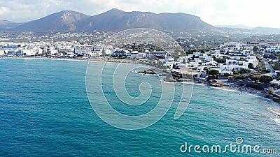 Luftpanorama auf blauem Meer, Strand, Hotels und Bergen, Kreta, Griechenland stock footage