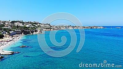 Luftpanorama auf Strand und blauem Meer, Leute schwimmen und genießen das Leben stock video