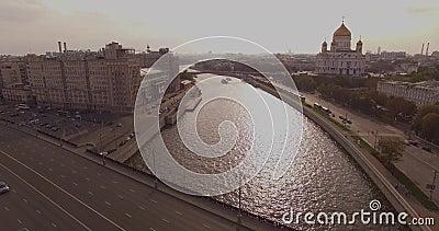 Luftschuß der Kathedrale von Christus der Retter- und Moskau-Fluss stock video