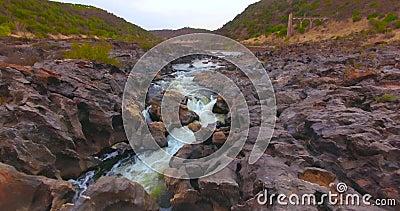 Luftschuß, welche einer Flussschlucht sich nähert stock footage