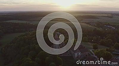 Luftschuss des Schlosses vor Sonnenuntergang in Deutschland Mecklenburg Vorpommern stock video footage
