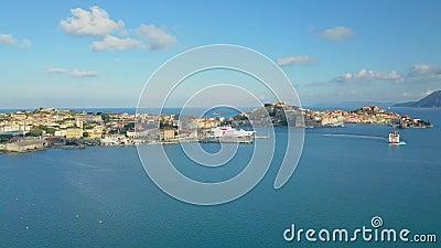 Luftsicht auf den historischen Hafen von Portoferraio, Insel Elba, Toskana, Italien stock footage