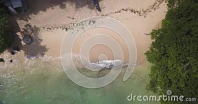 Luftsicht auf den Strand von Padang Padang stock footage