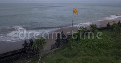 Luftsicht auf die Tempelmauer am Strand von Batu Bolong stock footage